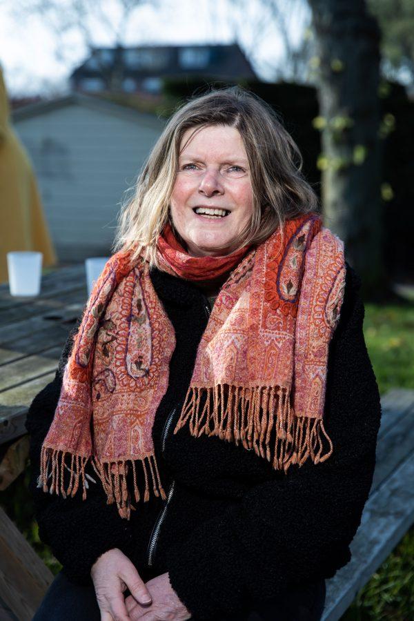 Vrouw met sjaal buiten