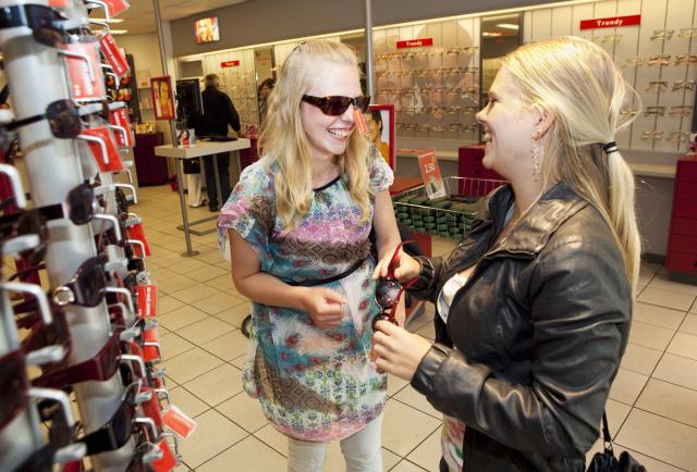 twee tienermeiden aan het winkelen